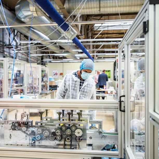 Hoe de Refugee Company een Nederlandse mondmaskerfabriek startte